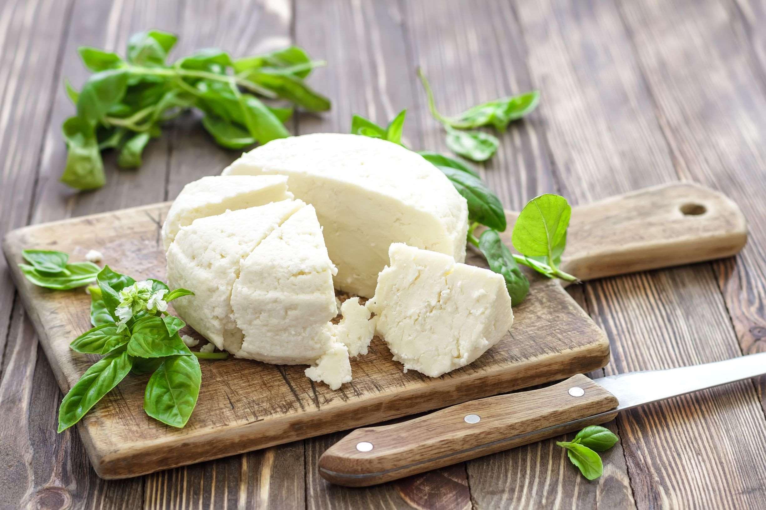 ost og basilikum på et trefat